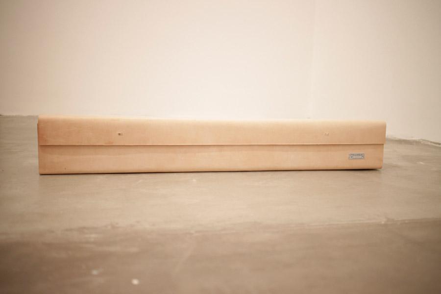 1 - Luciana Ohira e Sergio Bonilha | deidade contemporânea, 2014/2015 | madeira, couro, cerâmica, metal, vidro e eletrônicos | dimensões variáveis